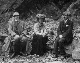 Agnes Arber entourée de Geologues (Sep. 1910 photo by E. A. Newell Arber)