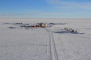 Les carottes de glace seront stockées à la base Concordia, en Antarctique, dans des  conteneurs enfouis à 10 mètres de profondeur. Température ambiante : - 54°c. (JOURDAIN, Bruno / CNRS Photothèque)*