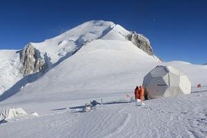 Tente de forage au col du Dôme et sommet du Mont Blanc, dans les Alpes. (JOURDAIN, Bruno / CNRS Photothèque)**
