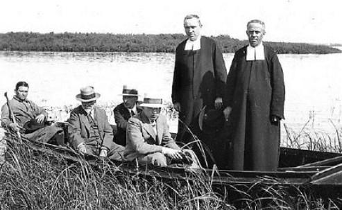 En randonnée aux îles de Boucherville, Québec (de gauche à droite) : un guide; assis: le professeur M. L. Fernald, herbier Gray de la Harvard University, et deux collègues américains, et debout, les frères Marie-Victorin et Rolland-Germain