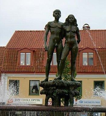 Ask et Embla : statue dans la ville de Sölvesborg (Suède)