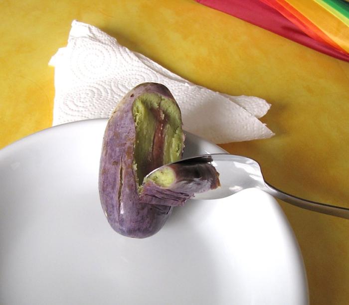Image 2: La peau du safou se décolore lorsque le fruit est bouilli. Sa chair cuite, qui forme une mince couche autour du noyau, est le plus souvent blanchâtre ou verdâtre.