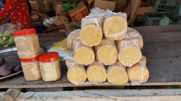 Sucre en pâte et en blocs (Route Nationale 5, entre Kampong Chhnang et Pursat)