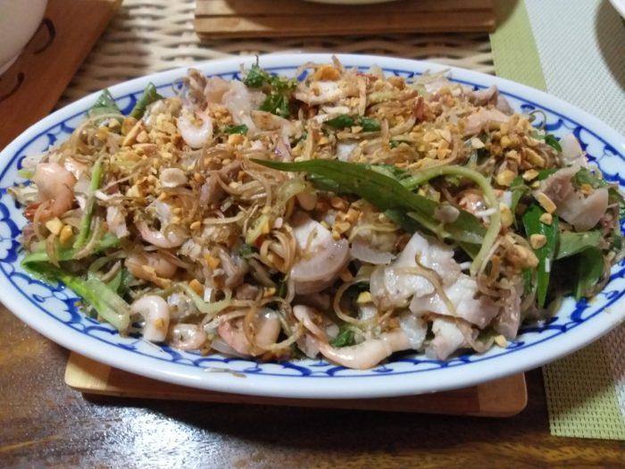 Salade de fleur de bananier, poitrine de porc et petites crevettes