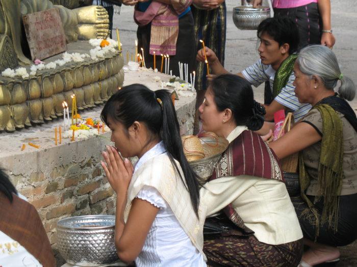 Des boulettes de riz gluant sont déposées au pied des statues