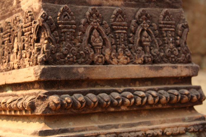 Rangée de boutons de fleur romduol ornant la base d'une colonne dans le temple de Banteay Srei, à Siemreap – par Léo Médeville