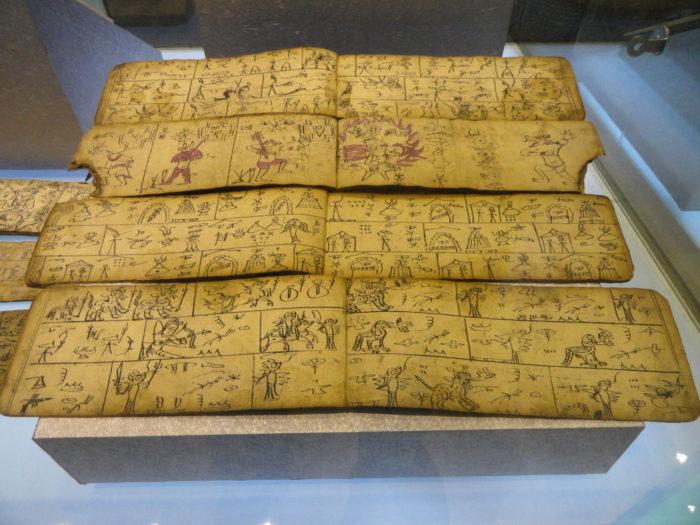 Pages manuscrites sur papier dongba au Musée provincial du Yunnan